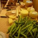 Rauwe tuinbonen, vlees en kaas in een restaurant in de Marche Italië