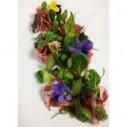 Salade met rauwe ham, tuinbonen en eetbare bloemen
