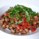 Tuinbonen met kikkererwten en tomaat